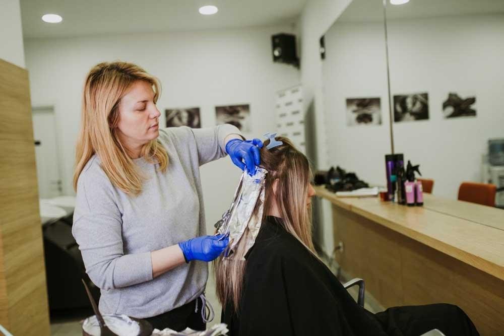 pramenovi na foliju na braon kosi