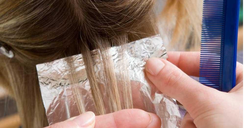 pramenovi na foliju na plavoj kosi