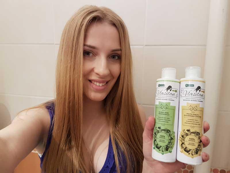 plava nasmejana devojka koristi Vlasilan šampone
