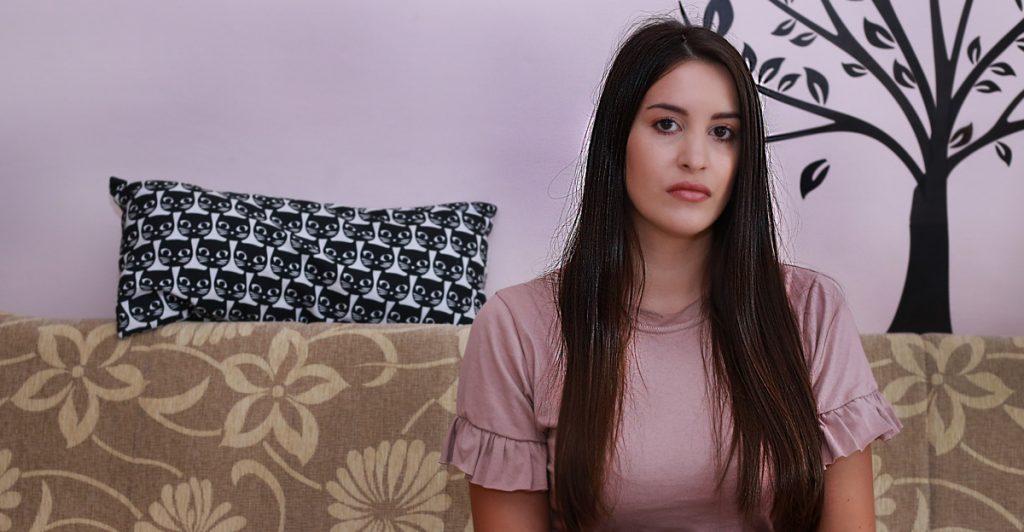 devojka sa oštećenom kosom