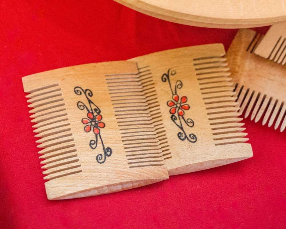 drveni češljić za kosu